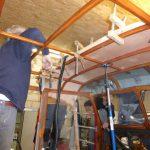 Mannschaftskabine: Dachverkleidung aus Holz eingebaut